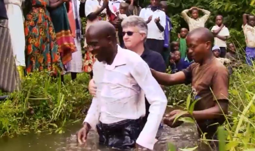 O resultado desse trabalho está sendo transformador. Centenas de pigmeus ouviram falar de Jesus pela primeira vez. (Foto: Reprodução).