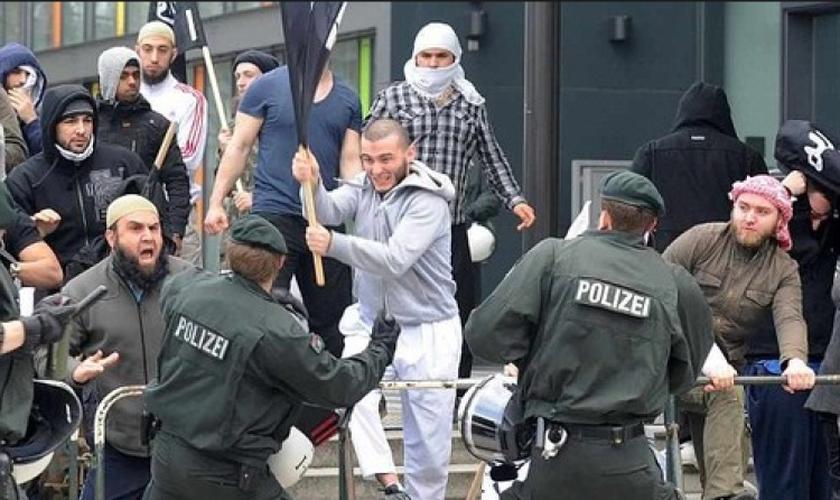 Refugiados muçulmanos entram em conflito com policiais alemães. (Foto: Reuters)
