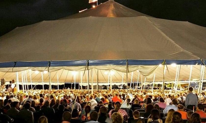 Uma nova tenda para acomodar 6.500 pessoas está sendo produzida. (Foto: New Hope Baptist Church)