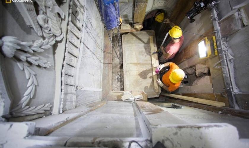 Cientistas removem pedra de mármore que cobre a câmara onde Jesus teria sido sepultado. (Foto: National Geographic)