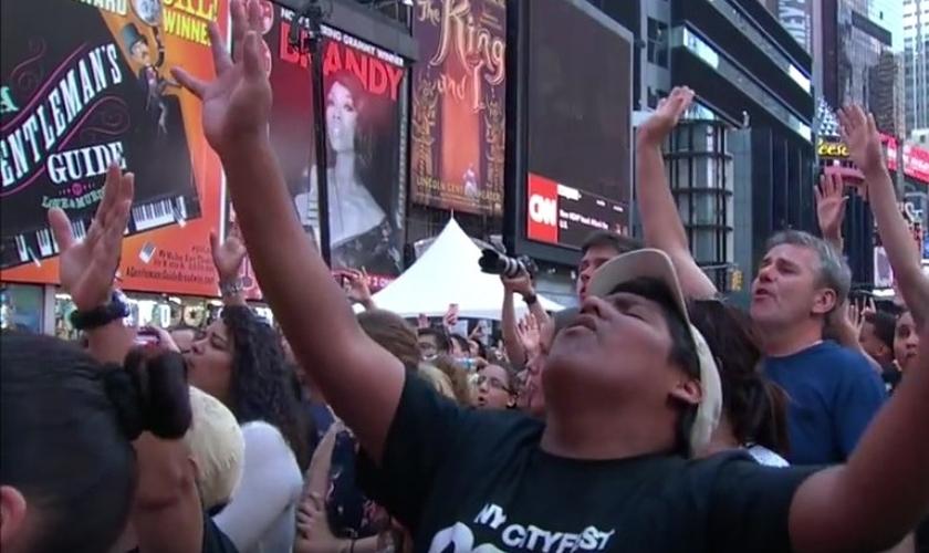 Alguns estavam de olhos fechados, agitando as mãos para lá e para cá. Outros estavam com as mãos no coração. (Foto: