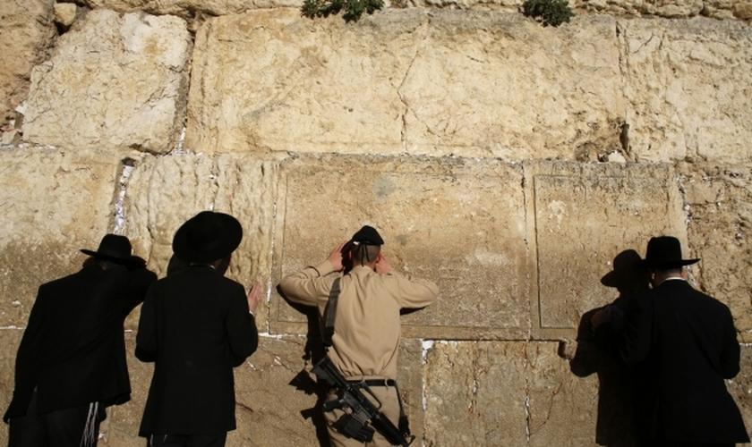 Judeus e um soldado israelense orando no Muro das Lamentações, em Jerusalém.  (Foto: Reuters/Ammar Awad)