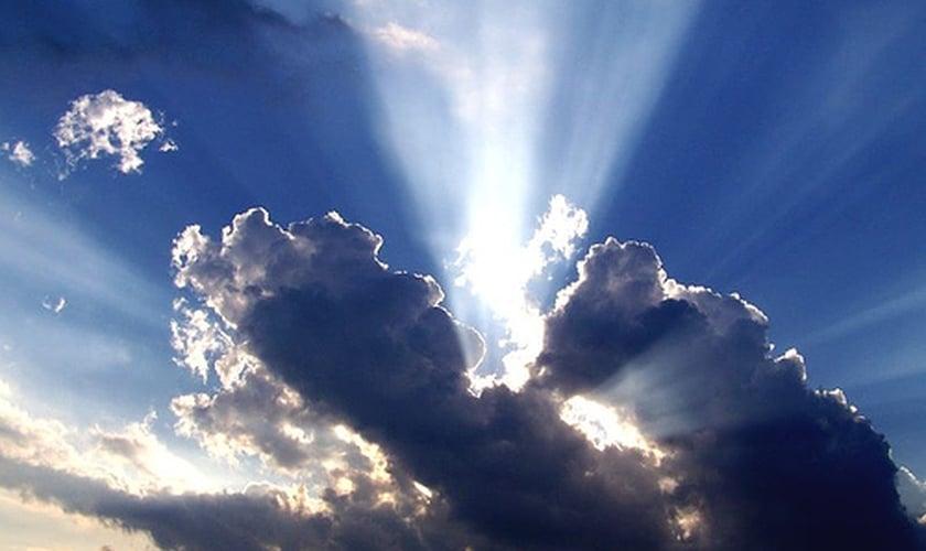 Nuvens formam desenho semelhante a uma mão no céu. (Foto: Desafio Cristão)