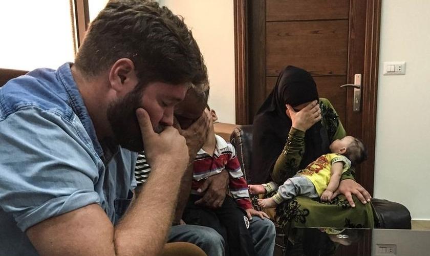 Cristãos oram juntos no Líbano. (Foto: Portas Abertas)