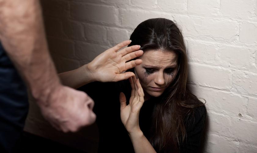 Resultado de imagem para Alarmante : 40% das mulheres que sofrem violência doméstica são evangélicas, diz pesquisa recente!