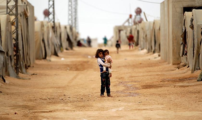 O casal quer se mudar para o exterior com seus dois filhos, pois não podem retornar à Síria. (Foto: Reuters).