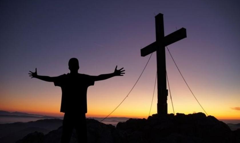Depois que o grupo satanista deixou a cidade, o homem procurou aprender mais sobre Jesus. (Foto: Pixabay).