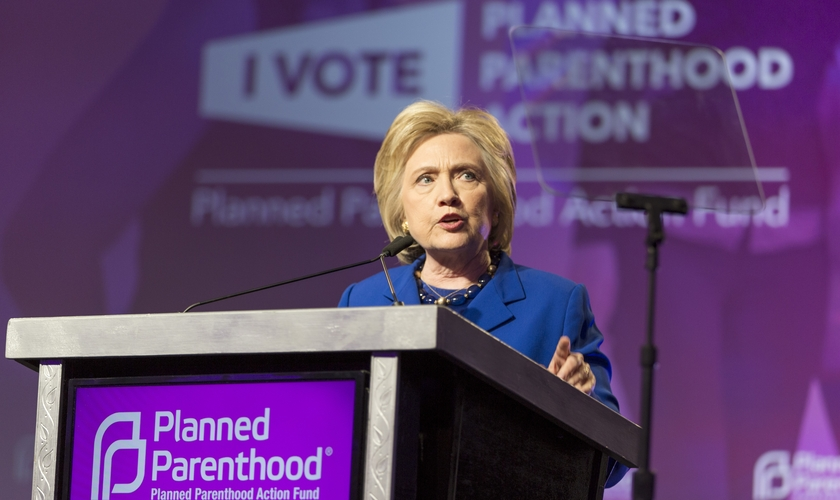 Hillary Clinton participa de evento a favor da ONG abortista Planned Parenthood. (Foto: commons.wikimedia)