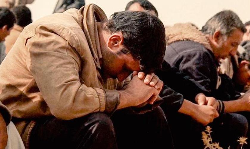 Muitos cristãos em todo o Oriente Médio estão lutando contra a guerra de joelhos no chão. (Foto: Reprodução).