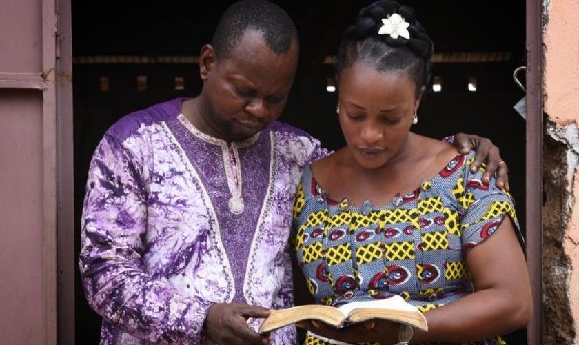Alida e seu marido lideram uma igreja em Ouessou, na República do Congo. (Foto: Bible Society)