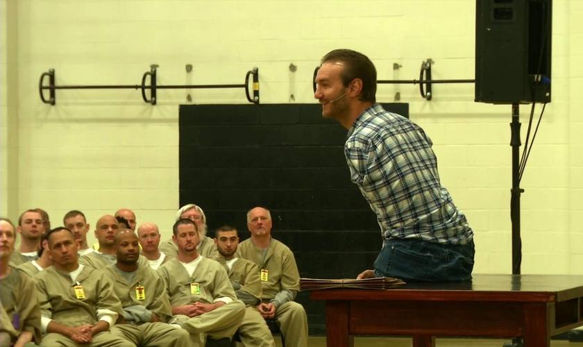 NIck Vujicic tem evangelizado em centenas de penitenciárias, nos EUA e na Europa. (Imagem: Youtube)