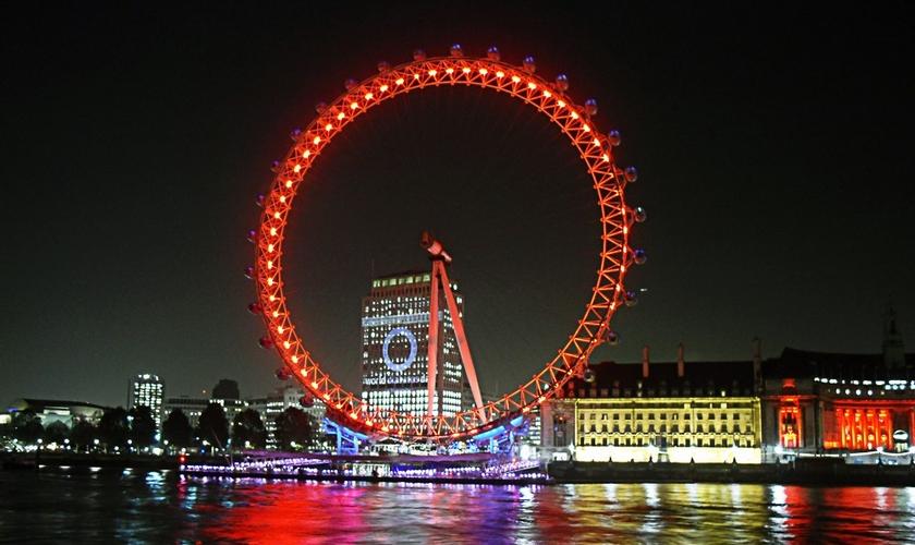 """Conhecida como """"Olho de Londres"""", a famosa roda gigante se iluminou de vermelho, abraçando a campanha. (Foto: London Is Cool)"""