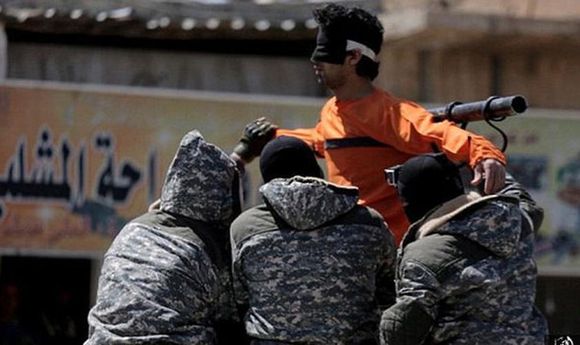 Terroristas do Estado Islâmico crucificam homem. (Foto: Daily Express)