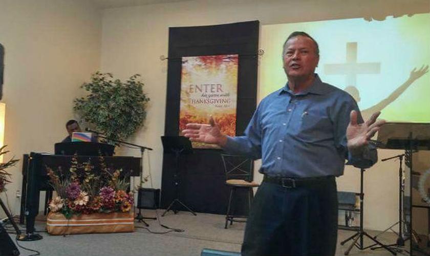 """Após cantar """"In His Presence"""", o pastor Jim Watson sofreu um infarto fulminante. (Foto: Reprodução)"""