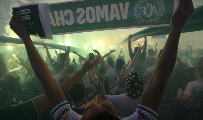 Torcedores da Chapecoense prestam homenagem na Arena Condá. (Foto: Paulo Whitaker/Reuters)