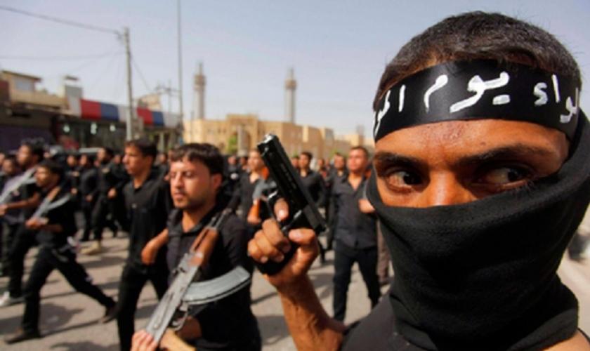 Terroristas do Estado Islâmico desfilam pelas ruas do Oriente Médio. (Foto: Reuters)