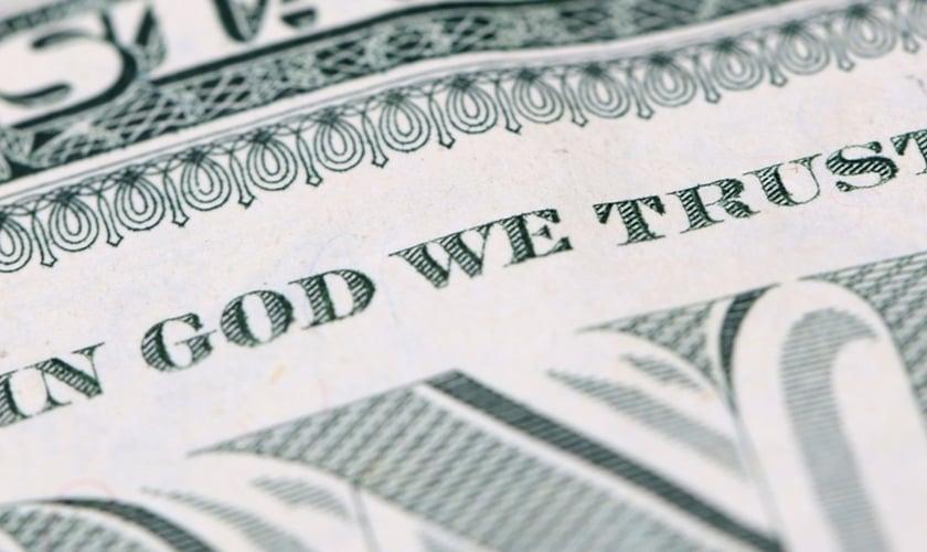 """Frase estampada nas notas de dólar, que diz """"Em Deus Nós Confiamos"""". (Foto: First Liberty Institute)"""