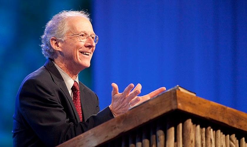John Piper é teólogo e professor da Faculdade e Seminário Bethelehem. (Imagem: Youtube)
