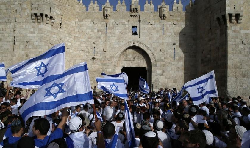 Judeus agitam bandeiras nacionais enquanto participam de uma marcha anual marcando a criação oficial do Estado de Israel. (Foto: Times of Israel)