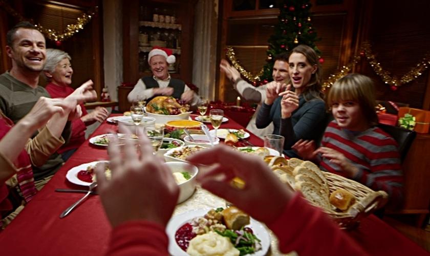 É possível produzir pratos saudáveis para as festas e manter o nível de sabor. (Foto: Getty Images)