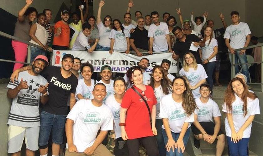 O primeiro Banho Solidário contou com a participação de aproximadamente 50 voluntários. (Foto: Reprodução Facebook).