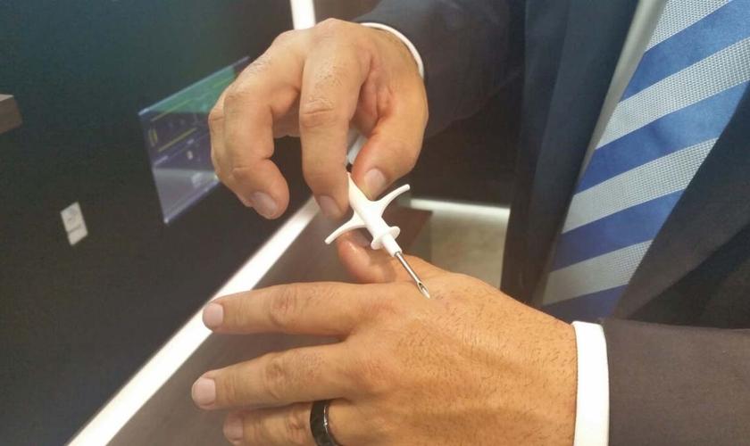 O implante do chip é feito com a ajuda de uma seringa e leva até duas semanas para cicatrizar. (Foto: Reprodução)