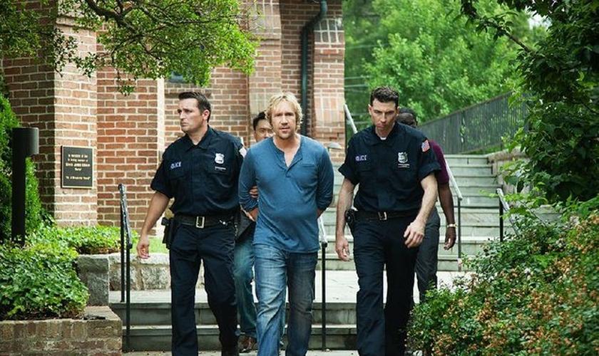 No filme, Rev. Dave foi preso por não enviar cópias de seus sermões para a Justiça. (Foto: Divulgação)
