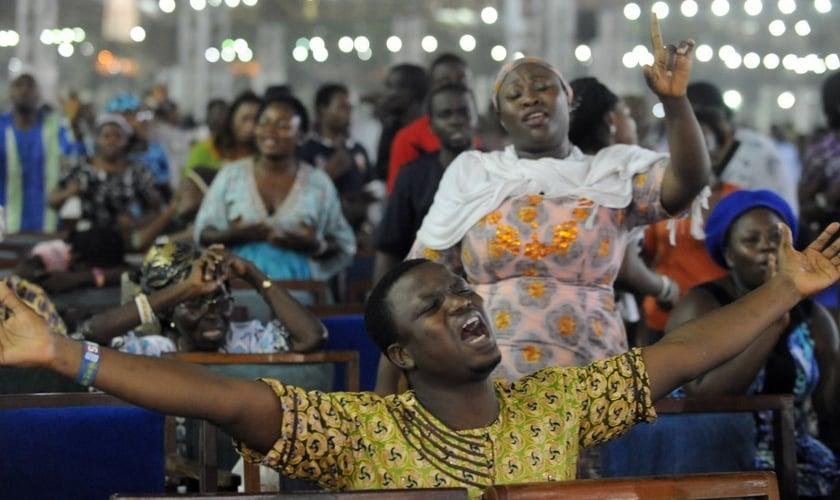 Uma pesquisa de 2006 descobriu que 70% dos quenianos que se identificam como cristãos seguem ensinamentos carismáticos ou pentecostais extremos. (Foto: Reprodução).