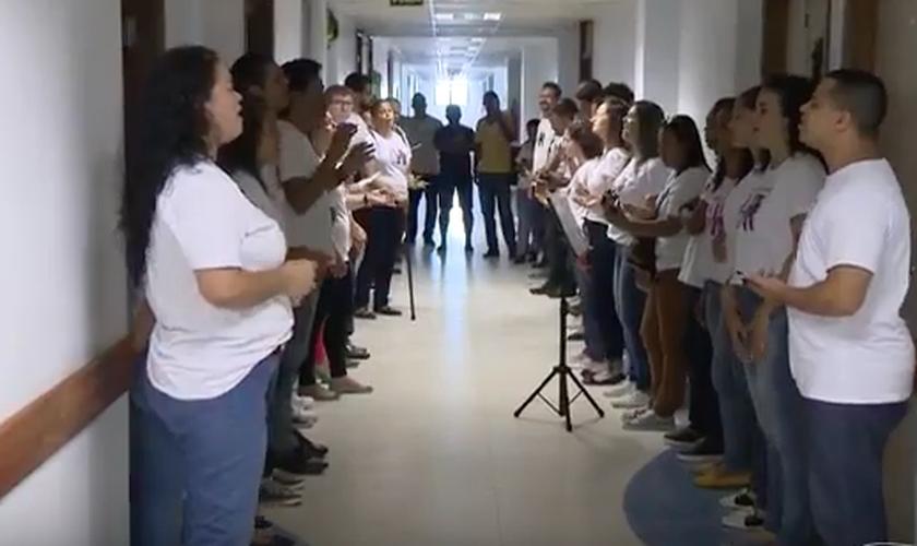 Evangélicos de diversas igrejas aproveitaram um plantão de Natal para encorajar pacientes com louvores. (Foto: Reprodução/TV Globo)
