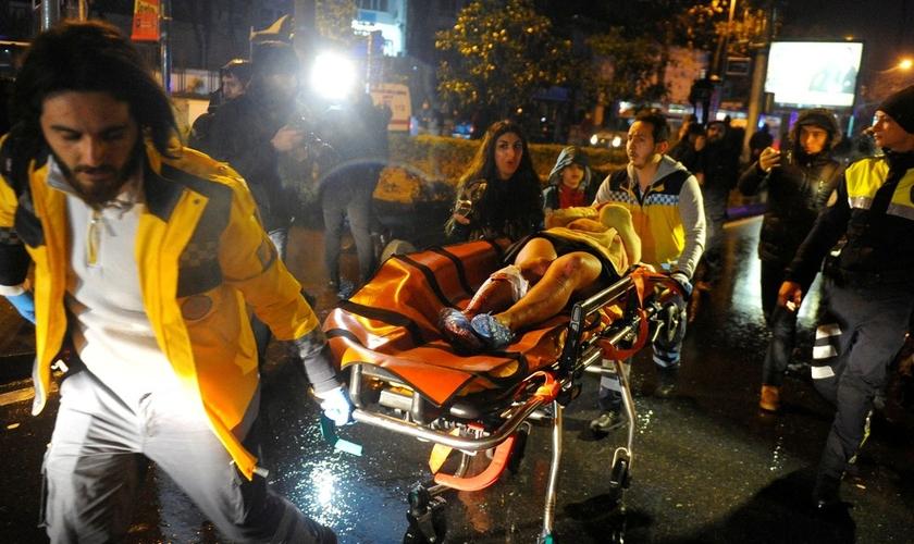 Mulher ferida é retirada por paramédicos do clube Reina, em Istambul. (Foto: Murat Ergin/Ihlas News Agency via Reuters)