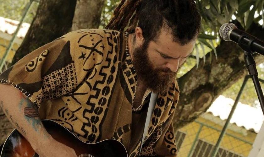 """O cantor apresenta seu primeiro projeto através da Sony Music, """"Graça, Tambor e Cordas"""" com muitas impressões positivas. (Foto: Reprodução/Facebook)."""