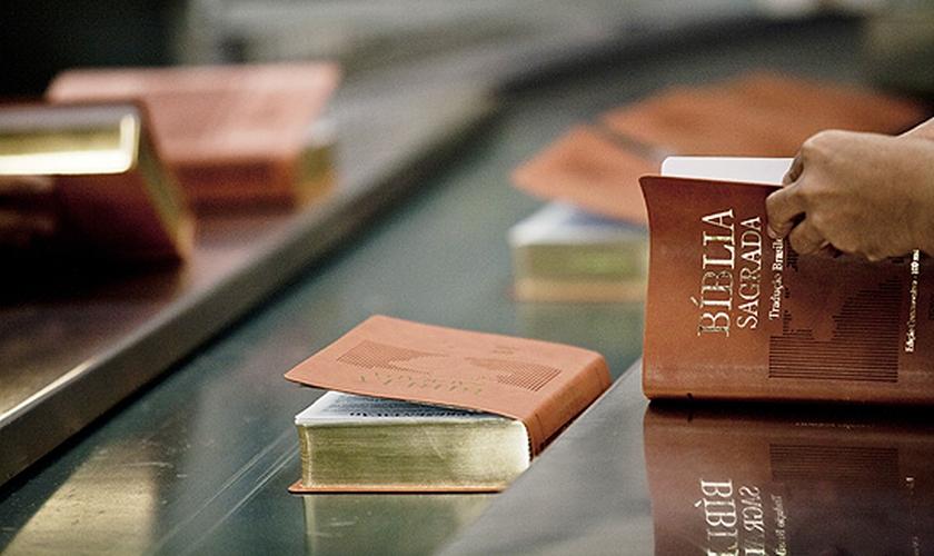 Funcionários trabalhando na produção de Bíblias na gráfica da SBB, em São Paulo. (Foto: Carlos Cecconello/Folhapress)