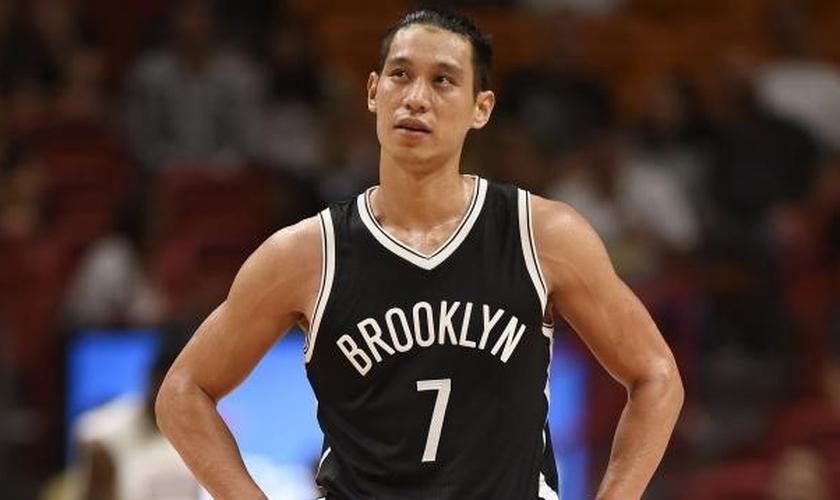 Jeremy Lin é jogador de basquete do Brooklin Nets e tem se empenhado em pregar o evangelho para seus colegas de equipe. (Foto: CSNNE.com)