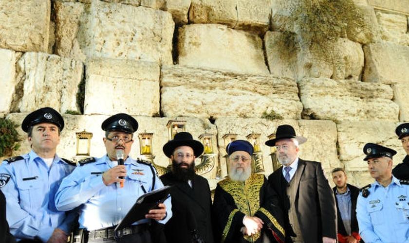 O chefe da Polícia, Roni Alsheikh, ao lado de rabinos israelenses no Muro das Lamentações, em Jerusalém. (Foto: Mendy Hechtman/Flash90)