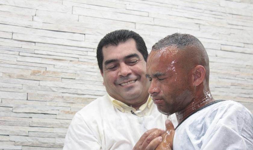 Ex-muçulmano é batizado por organização missionária. (Foto: BreitBart)