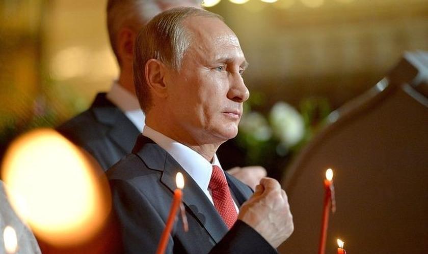 Vladimir Putin participa de cerimônia em Igreja Ortodoxa russa. (Foto: Reuters)