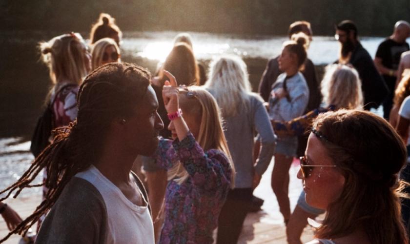 Maior parte dos jovens enxergam a nação como sem identidade religiosa. (Foto: Unsplash)