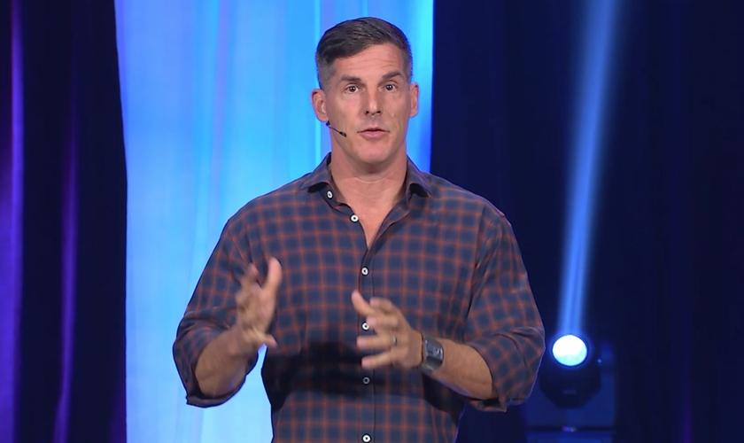 """Pastor Craig Groeschel é líder da Igreja """"Life"""", em Oklahoma. (Foto: MaxDefault)"""