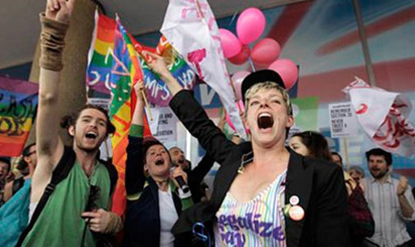 Militantes fazem manifestação a favor do casamento gay, no Reino Unido. (Foto: Lado A)