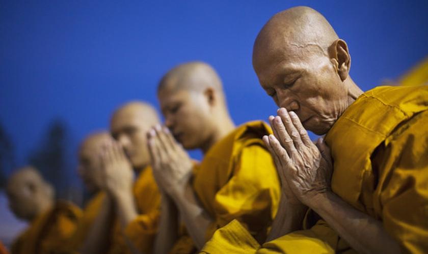 Grupo budista pratica suas orações. (Foto: Getty)