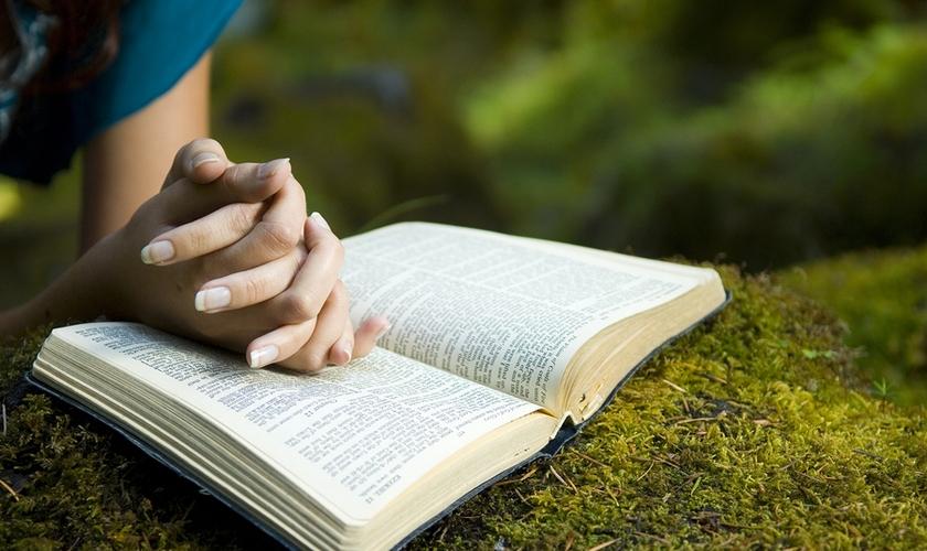 Oração e Bíblia. (Foto: A12)