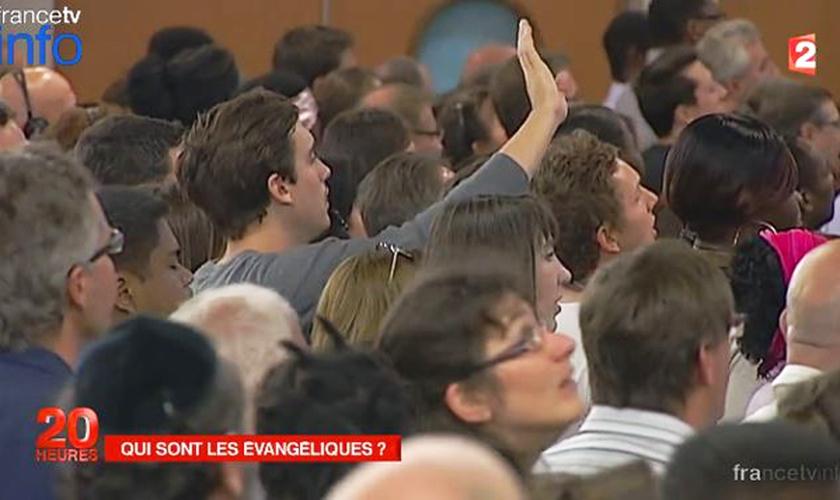 Evangélicos participam de culto na França. (Foto: France TV)