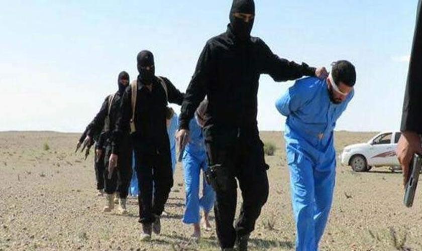 Estado Islâmico leva reféns vendados para execução. (Foto: Heavy)