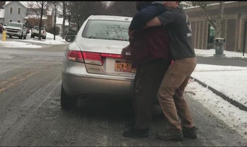 Sem pensar duas vezes, Pavel saiu de seu carro e foi ajudar o homem. (Foto: Reprodução).