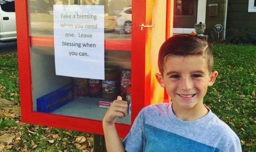 """O garoto criou a """"caixa da bênção"""" e deixou alimentos disponíveis para as pessoas necessitadas. (Foto: Arquivo Pessoal)"""