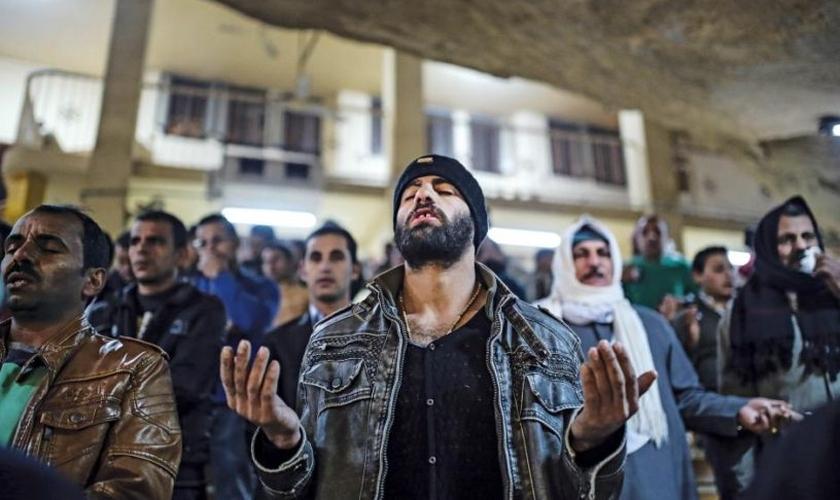 Cristãos participam de culto em meio à destruição da guerra civil, no Oriente Médio. (Foto: BCNN2)