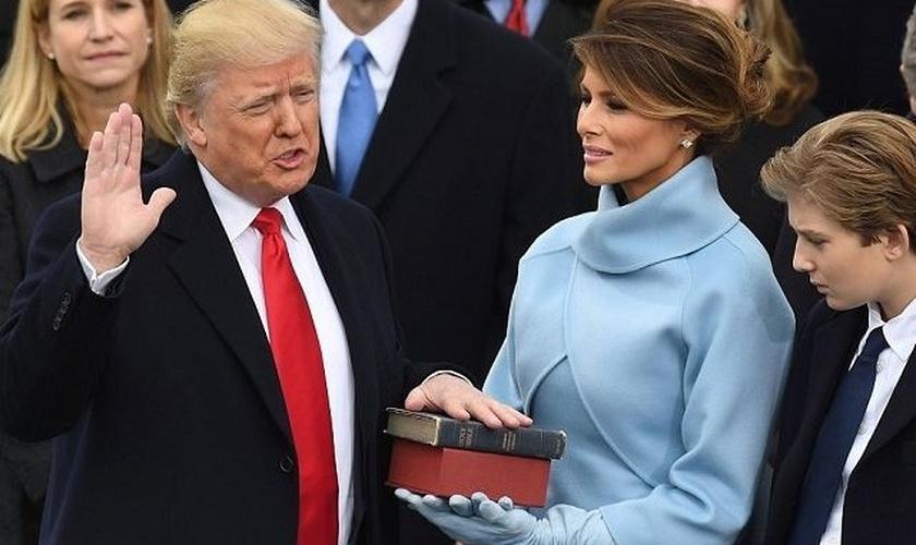 Donald Trump faz juramento sobre Bíblia em sua posse presidencial. (Foto: BreitBart)