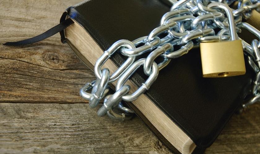 Bíblia envolta por correntes. (Foto: Lloyd Marcus)