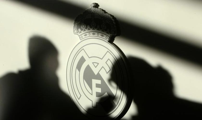 O logotipo tradicional original do Real Madrid apresenta uma cruz pequena acima de uma coroa. (Foto: Reuters).