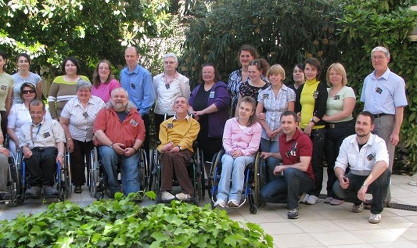 Amizades reais com pessoas que vivem com deficiência transformam-se em uma chance de aprender sobre como enfrentar o sofrimento. (Foto: Reprodução).